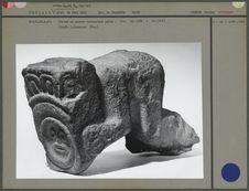 Statue en pierre volcanique, trois-quarts