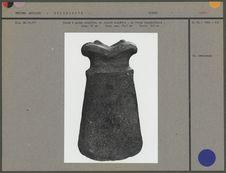 Hache à gorge complète, en pierre noirâtre