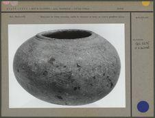 Récipient de forme arrondie, pierre grisâtre