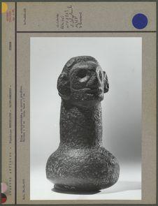 Pilon anthropomorphe en pierre grisâtre