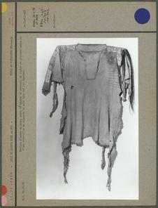 Tunique d'homme en peau, ornée de mèches de cheveux