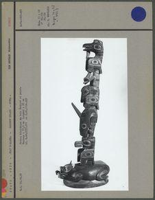 Poteau héraldique en bois sculpté et peint