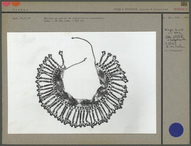 Collier en perles de coquilles et verroterie