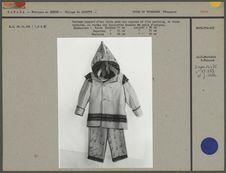 Costume composé d'une veste avec une capuche