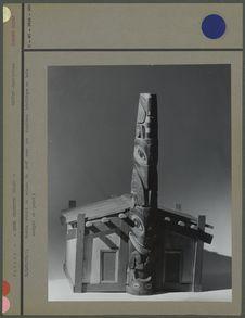 Modèle de maison de chef en bois (fond gris)