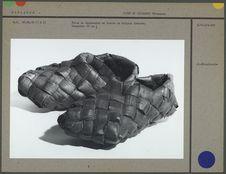 Paire de chaussures en écorce de bouleau tressée