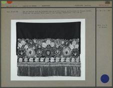 Bas de tablier orné de motifs floraux