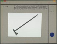 Hache d'armes en bois, décor géométrique