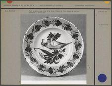 Plat en céramique orné d'un décor floral