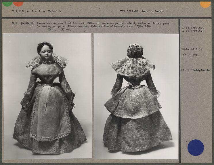 Poupée : Femme en costume traditionnel