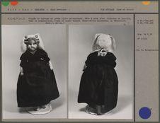 Poupée en costume de jeune fille protestante