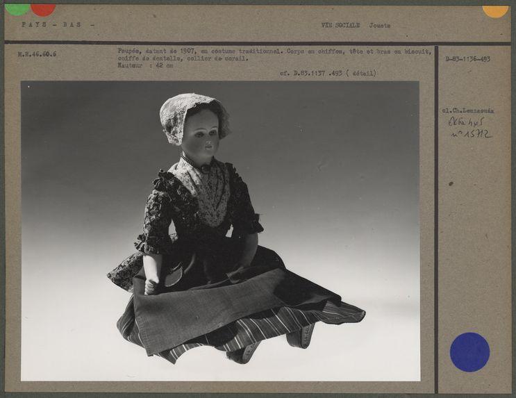 Poupée, datant de 1907, en costume traditionnel