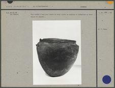 Vase ovoïde à fond plat pourvu de trois paires de mamelons