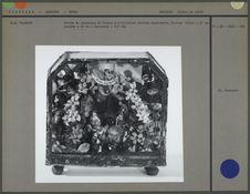 Crèche en céramique et fleurs artificielles