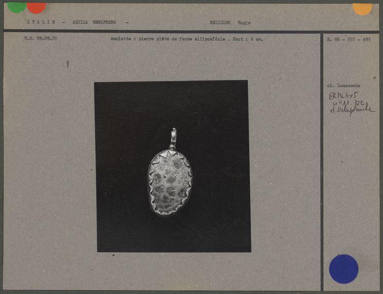 Amulette : pierre plate de forme ellipsoïdale