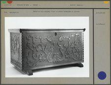 Coffre en bois sculpté, motifs zoomorphes