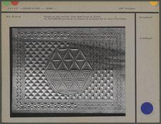 Planche en bois sculpté, décor géométrique