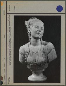 Buste en marbre blanc, femme mauresque, face