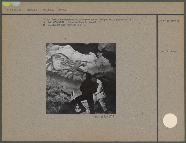 """L'Abbé Breuil contemplant la """"licorne"""" de la fresque de la grande salle"""