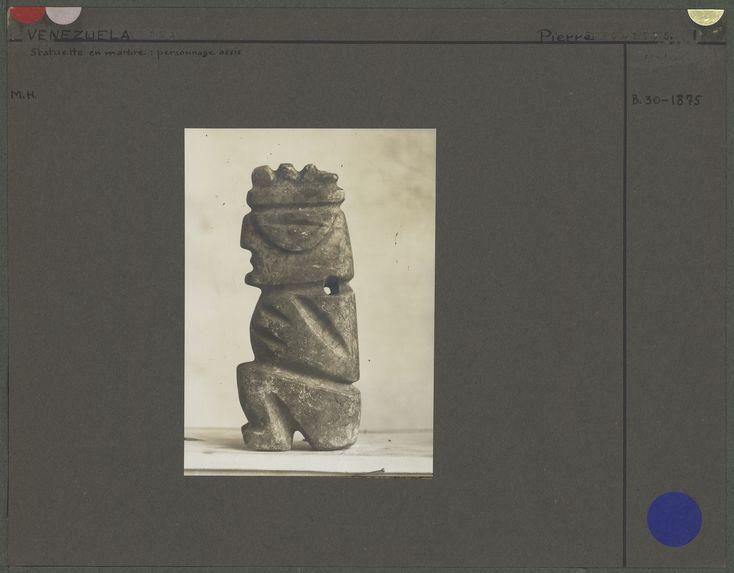 Statuette en marbre : personnage assis