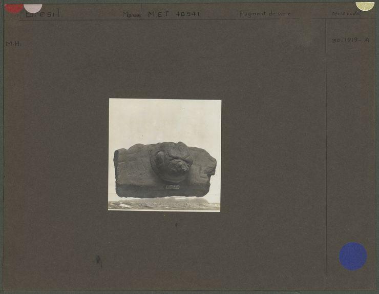 Fragment de vase, pied globuleux formant une tête, décoré de lignes en creux