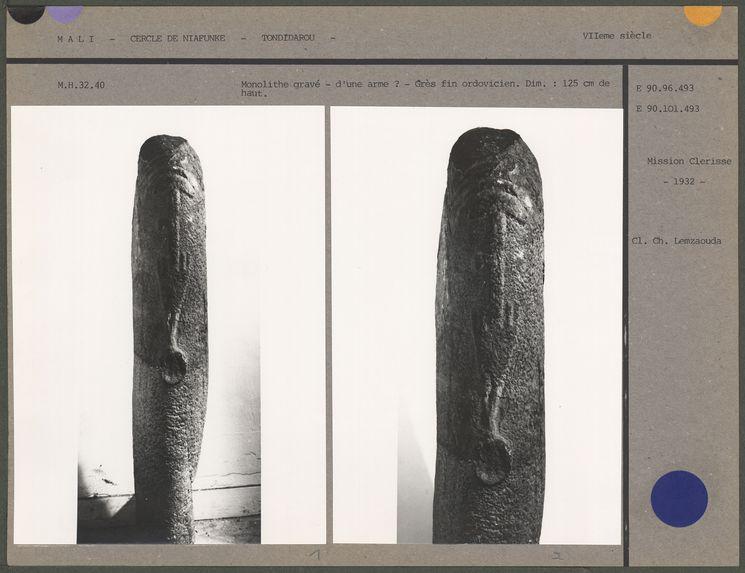 Monolithe gravé d'une arme en grès fin