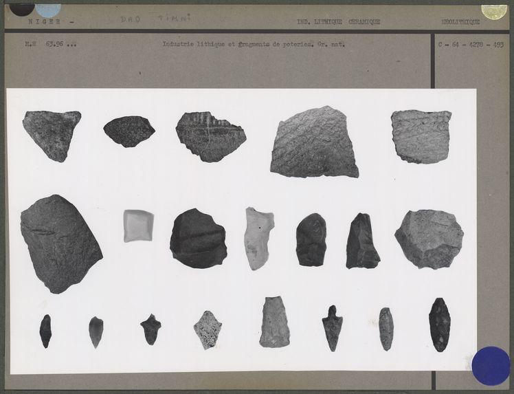 Industrie lithique et fragments de poteries
