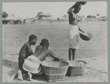 Vannage du mil [trois femmes avec des paniers]