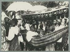 Un fils Béhanzin en hamac à Abomey