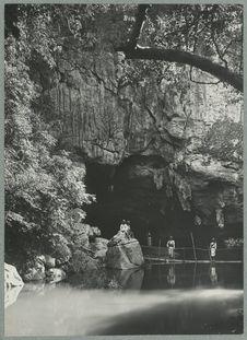 Sans titre [vue d'une grotte]