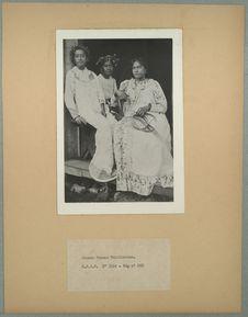 Jeunes femmes tahitiennes