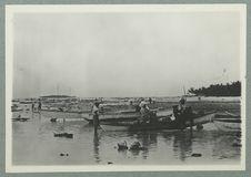Bord de lagon et pirogues de pêche à Tuamotu