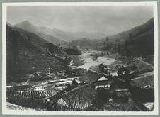 Annam [vue générale d'habitations au bord de fleuve]