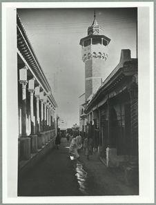 Sans titre [Tunis. Rue et minaret]