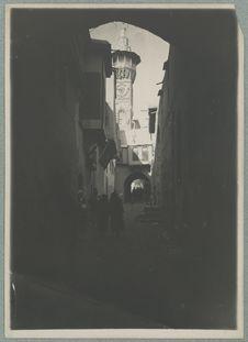 Tunis. Rue et minaret