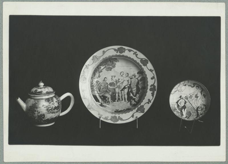 Hall d'Honneur [trois pièces de porcelaine]