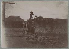 Construction [mur en construction avec un échafaud en bois et des ouvriers]