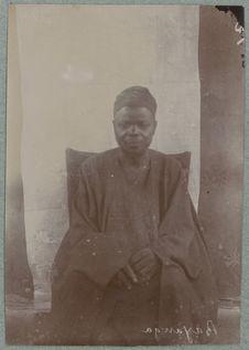 Bayanga. Bakongo [homme assis de face]