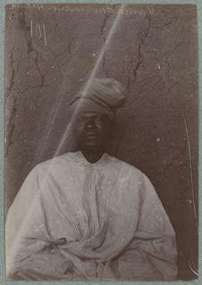 Mamadou, courrier haoussa [homme assis de face]
