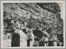 Environs de Bandiagara. Village de la falaise