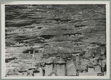 Falaise de Sanga. Habitations dans la falaise