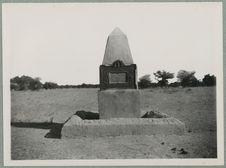 Environs de Goundam. Monument élevé sur les lieux de massacre. Colonne Bonnier