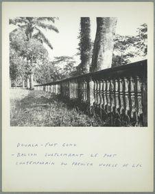Douala. Fort Gono. Balcon surplombant le port contemporain du premier voyage de...