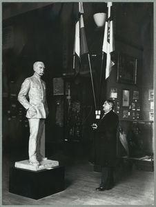Ary Leblond devant la statue de Gallieni