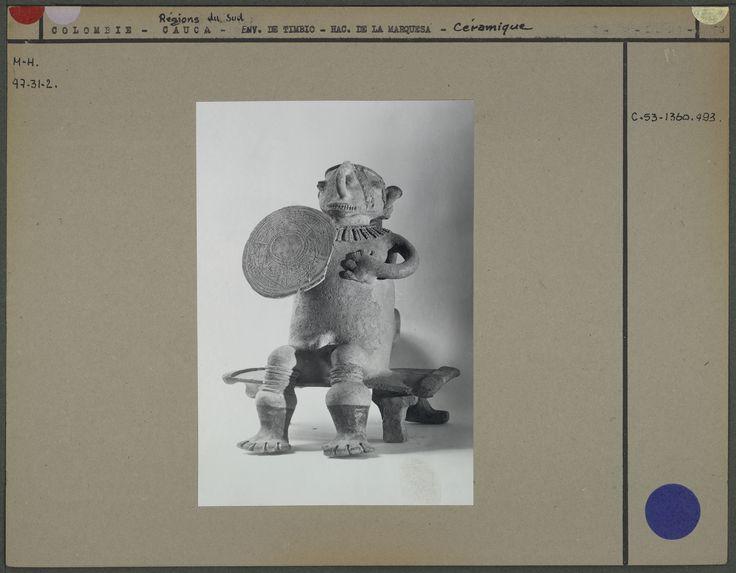 Personnage en céramique assis sur un siège avec casque et bouclier