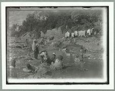 Sans titre [femmes lavant du linge dans un cours d'eau]