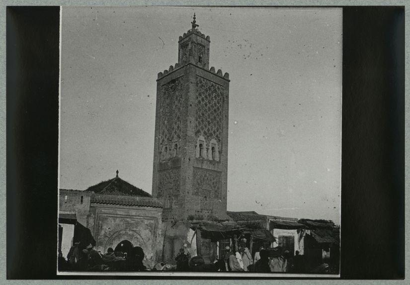 Marrakech [foule devant un bâtiment]