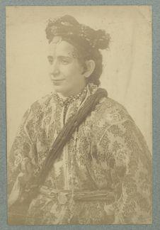 Femme en costume traditionnel