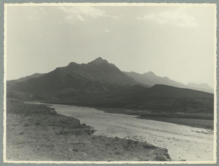 Sans titre [cours d'eau et montagnes]