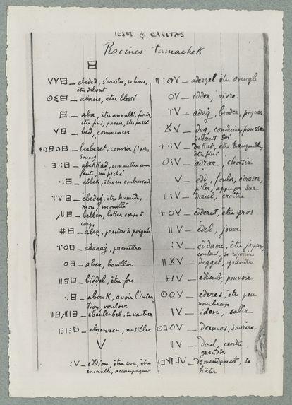 """Première page d'un carnet de racines """"tamahek"""" établi par le Père de Foucauld"""